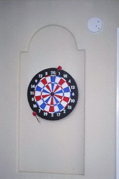 trompe l'oeil dart-and-dartboard
